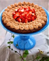 Daimkladdkaka med fluff och jordgubbar