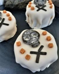 Halloweenbakelse med kola och lakrits