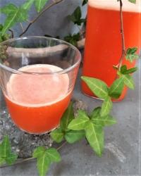 Läskande juice på jordgubbar, passionsfrukt och citron